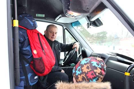 Rainer Tattari on eläkkeellä poliisin virasta. Nykyisin hän on ylpeä uudesta tittelistään: nuorempi kuljettaja.