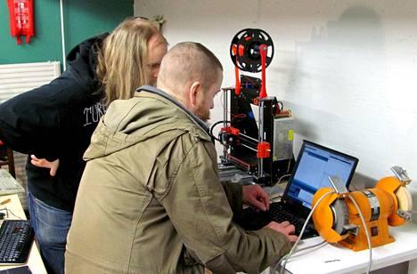 Hacklab-kävijät Ville Savijärvi ja Kimmo Tuhkanen tutkailemassa labille hankitun 3D-tulostimen sielunelämää.