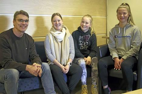 Koulutusjohtaja Jyri Pesonen ja lukiolaiset Tinka Asikainen, Anita Pänkäläinen ja Klaudia Liljenmaa ovat samaa mieltä, että Keuruun lukiossa on hyvä yhteishenki ja kurssitarjonta kohdallaan.