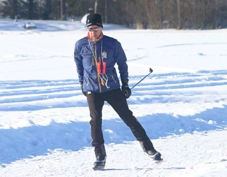 Retkiluistimet monoihin ja menoksi. Haapamäkinen Seppo Viikki pitää retkiluistelua hyvänä peruskuntokauden liikuntamuotona.
