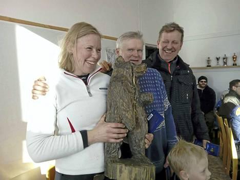 Tikkahiihtoviestin voittajajoukkue kädessään Karhu-kiertopalkinto.