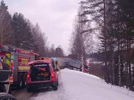 Rekka on suistunut Keuruun suunnasta katsottuna oikealle ojaan Riitalahden levikkeen tietämillä.