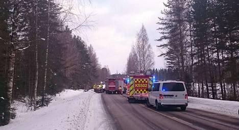 Pelastustoimet Mäntäntiellä ovat käynnissä kello 15.30 aikaan ja liikenne ohjataan kiertotietä.