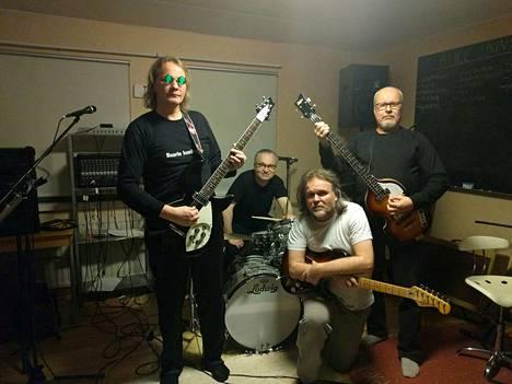 The Day Trippersissa kitaraa soittaa Marko Enqvist, rumpuja Asmo Lindström, toista kitaraa Vesa Lehto ja bassoa Markku Ouninkorpi. Laulu kumpuaa pääosin rumpujen takaa, mutta tarvittaessa kaikista suista.