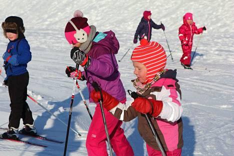 Tiistain hiihtokouluun ensimmäiselle tunnille saapui kymmenkunta 4-7 -vuotiasta lasta, joita ei pakkanen pelottanut.