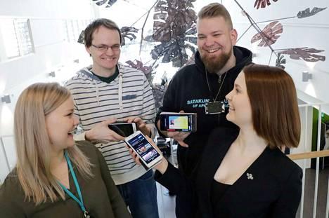 Viivi Ranne, Anton Murashev, Tuomas Saarnilahti ja Aino Mustalahti esittelevät uutta mobiiliopiskelijakorttia.