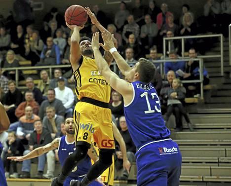 Devoe Joseph heitti 21 pistettä BC Nokian hakiessa jatkoaikavoiton Espoosta lukemin 83-86. Kuva joukkueiden kohtaamisesta palloiluhallilla tammikuussa.