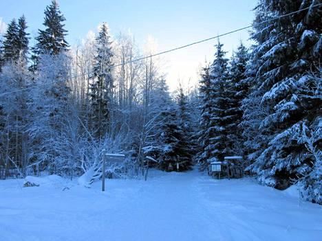 Aurinko paistaa ja sininen hämärä vallitsee 21. helmikuuta Mäntänvuoressa. On vaihteeksi vanhan hyvän ajan talvi.