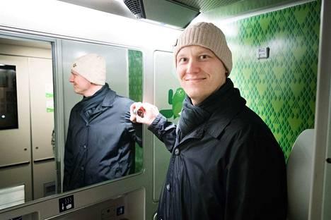 Tästä Pendolino-junan heiluvasta peiliovesta Jaakko Timonen sai idean julkisen reklamaatiopalvelun yritykselleen.