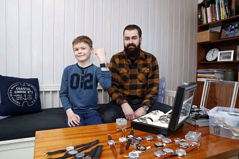 Aleksander Talzin vanhin poika Maks, 8, on myös innostunut isänsä kelloista. Nyt hän on jo omimassa niistä mieleisiään.