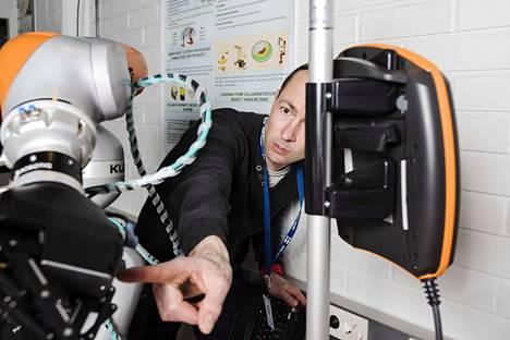 Marraskuussa Konetalossa avattu TutRobo Lab on tila, missä opiskelijat pääsevät perehtymään robottien toimintaan ja kehittämään robotteja.