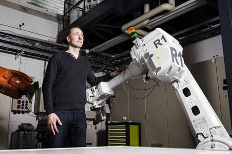 Yhteistyörobottien eli cobottien suunnittelussa tärkeätä on varmistaa ihmisen turvallisuus. Ihmiseen osuessaan tällainen nopeasti liikkuva teollisuurobotin käsivarsi on hengenvaarallinen.