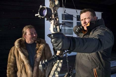 Peuraa saa nykyään metsästää myös jousella. Laukon kartanon isäntä Jouni Minkkinen (oik.) testaa luontokonsultti Manu Soininmäen jousta.