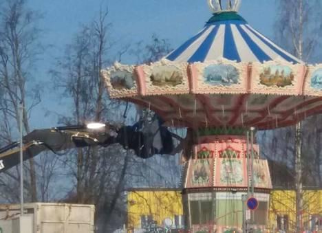 Särkänniemen ikonista keinukarusellia purettiin keskiviikkona.
