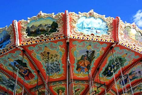 Karuselli oli koristeltu näyttävän värikkäästi.
