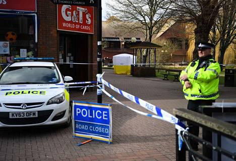 Poliisi valvoo Salisburyssa, missä entinen venäläinen agentti ja hänen tyttärensä myrkytettiin tehohoitoon.