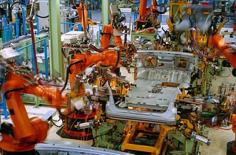 Robotit ovat vieneet ihmisiltä työpaikkoja, sillä ne jaksavat puurtaa väsymättä liukuhihnalla. Robotiikan kuumin suuntaus tällä hetkellä ovat cobotit eli robotit, jotka tekevät työtä yhdessä ihmisen kanssa.