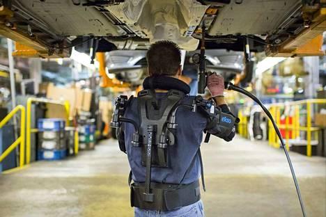 Autovalmistaja Ford ottaa käyttöön ajoneuvon alla työskentelevän ihmisen työntekoa helpottavan ulkoisen tukirangan.