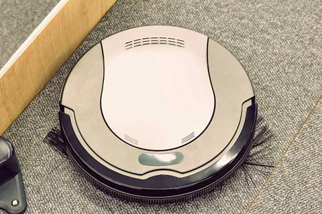 Robottipölynimuri auttaa siivoamisessa.