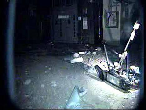 Packbot-robotti tutkii Fukushiman ydinvoimalan tuhoja vaurioituneessa reaktorirakennuksessa.