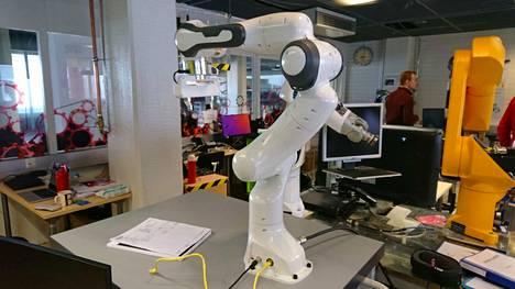 Tämä robotti on muotoiltu niin, että siinä ei ole kohtia joihin ihminen voisi takertua tai puristua kiinni ja loukkaantua.