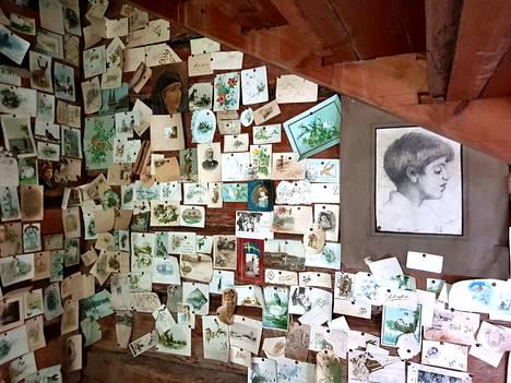 Urjalassa sijaitsevan Nuutajärven kartanon portaiden alta löytyi remontin yhteydessä lasten leikkitila. Seinillä on yli kaksi sataa erilaista korttia.