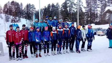 Hopeasomman loppukilpailuissa VsV:n N14-joukkue sijoittui viime viikonloppuna 6:nneksi. Joukkueessa hiihtivät Jessica Junkkala, Ilona Lampila ja Nina Välimäki sinioransseissa asuissaan.