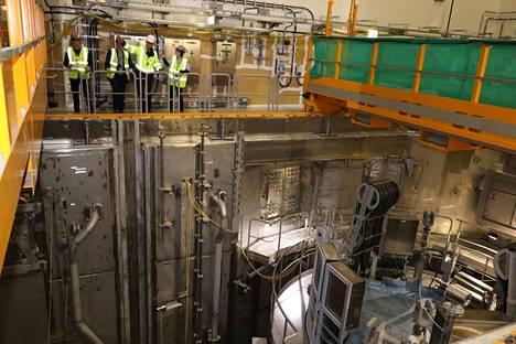 Olkiluoto 3:n reaktorilaitoksella on meneillään kuumakoevaihe, joka on ratkaiseva voimalan käyttöluvalle ja reaktorin lataukselle. Kuvassa reaktoriallas ja kansivarustusta.