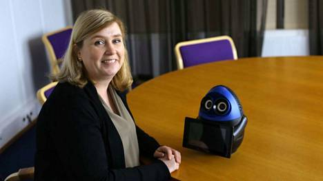 Projektipäällikkö Marika Korpinurmi Smart Tampere Digiohjelmasta jännittää, miten lapset ja opettajat ottavat robotit vastaan. Pöydällä matematiikkarobotti.