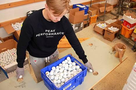 Valmiita työkaluja ei käytettyjen golfpallojen käsittelyyn ole. Viljami Virta rakensi lajittelua varten työpöydän. Jatkokehittelyssä on uusi pöytä, sekä palloja vesiesteistä keräävä imuri.