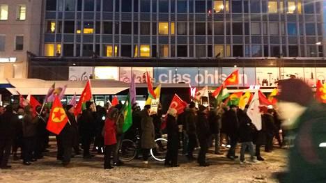 Mielenosoitus etenee läpi Tampereen keskustan.