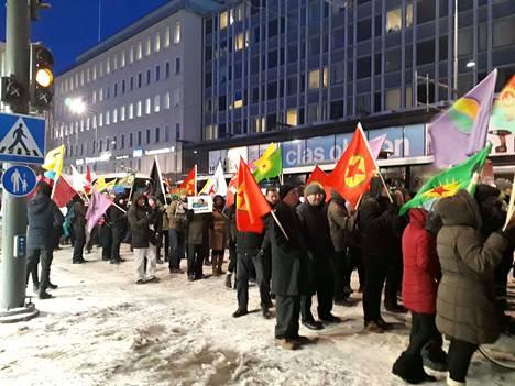 Mielenosoittajat vaativat EU:ta puuttumaan Turkin sotatoimiin kurdijoukkojen hallitsemilla alueilla Syyriassa.