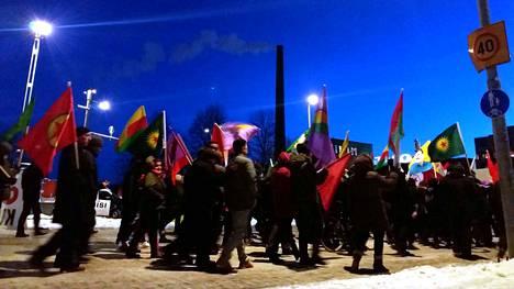 Tampereella järjestetyssä mielenosoituksessa sattui välikohtaus. Yksi ihminen otettiin kiinni rikosperusteisesti ja kolme poliisilakiperusteisesti.