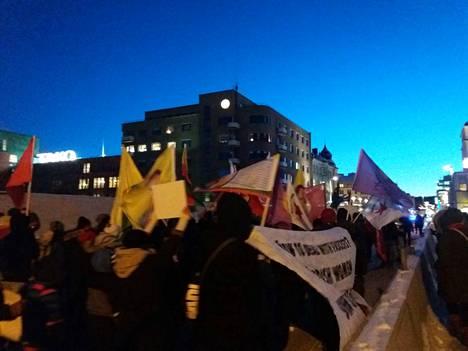 Mielenosoitukseen osallistui yli sata ihmistä. Se lähti liikkeelle Tullinaukiolta ja päättyi Keskustorille.