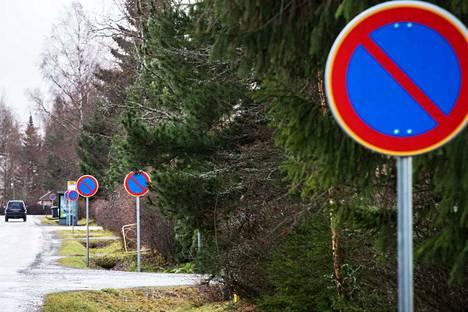 Tällaista merkkiviidakkoa kuin tällä Tampereen Vehmaisissa sijaitsevalla kadulla ei Valkeakosken Savottatiellä sentään nähtäne.