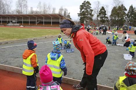 Varhaiskasvatuksella on myös yhteistyökumppaneita, kuten kaupungin liikuntatoimi. Sen tuella vietettiin liikuntapäivää myös viime vuonna Apian kentällä. Järjestäjiin kuului Sanna Kulmala liikuntatoimesta.