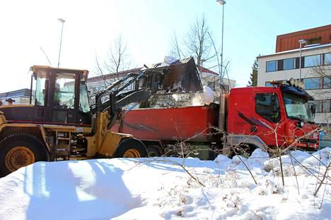 Mäntän keskustasta kuljetettiin lukuisia kuorma-autolastillisia lunta pois tieltä. Lumi viedään Isonniemen lumenkaatopaikalle.