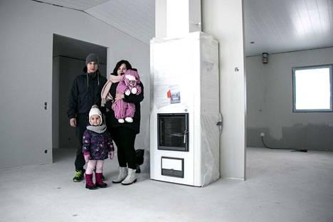 Rauhallisuus ja turvallisuus olivat yksi tärkeä syy sille, miksi Marjaana ja Jari Marttila päättivät rakentaa talon Vesilahdelle. –Täällä voi hyvillä mielin olla omassa kodissaan ja liikkua kaduilla, Ennin ja Alinan (sylissä) vanhemmat tuumivat.