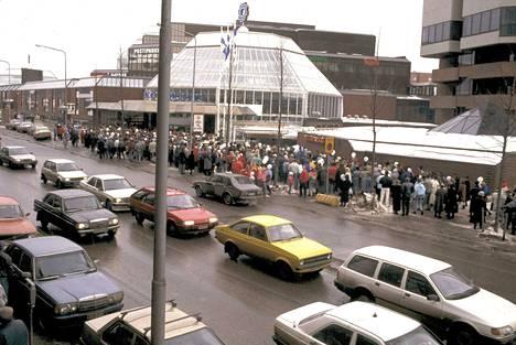 Ovet avattiin ensimmäisen kerran puoliltapäivin 22. maaliskuuta 1988.