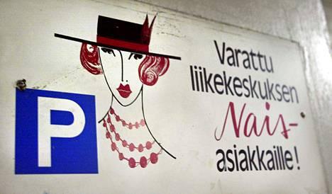 Vuonna 2003 keskusteltiin Koskikeskuksen pysäköintitalon naisille varatuista paikoista. Sittemmin niistä luovuttiin.