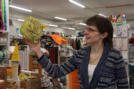 Hanna Siuvo-Järä esittelee pääsiäiskoristetta, joka on tehty paperinarusta ja ilmapallosta.