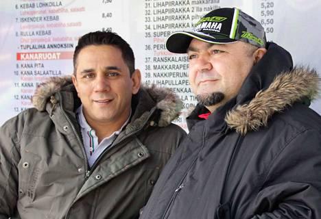 """Nokian Autogrillin nykyinen yrittäjä Dusty ja entinen yrittäjä Ibrahim """"Ibo"""" Türkmen huutokauppaavat perjantaina jättiläismäisiä kuumia koiria hyväntekeväisyysmielessä."""