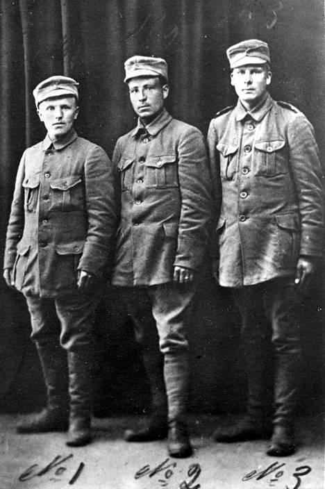 Melinin kompania käytti Neulapatoa kosken ylittämiseen. Kuvassa Melinin kompaniaan kuuluneet kolme valkoista sotilasta.