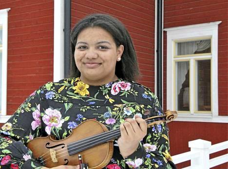 Yvette Nzeza soitti Keski-Suomen Jousisoitintapahtumassa 13-15-vuotiaiden sarjassa omalla, jo satavuotiaalla viulullaan.