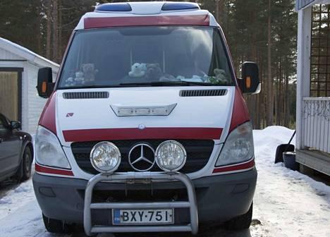 Mika Pudas ajelee käytöstä poistetulla ambulanssilla. Kesäksi auto päätyy Syke-sarjan kuvauksiin. Nallet ovat ikkunalla siksi, että ne ovat osa Pudaksen muutaman sadan nallen kokoelmaa.