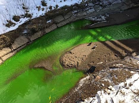 Tervajoen vesi oli tiistaina syvän vihreää.