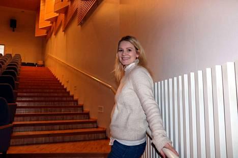 Pamela Tola on yksi niistä kotimaisista näyttelijöistä ja muusikoista, jotka vierailevat yläkouluilla kannustamassa nuoria ottamaan askeleita kohti unelmiaan.