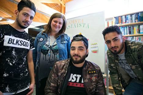 Abdallah Almohamed (vasemmalla), Abd Khalil (keskellä) ja Imad Al Mohammad olivat saapuneet Punkalaitumen kirjastolle etsimään asuntoa ja hoitamaan Kela-asioita. Palveluneuvoja Elina Koivuniemi työskentelee Punkalaitumen kirjastossa avustamassa ihmisiä.