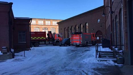 Paikalla oli poliisin ja pelastuslaitoksen yksiköitä. Vainajan nouti paikalla olleen Aamulehden kuvaajan mukaan hautaustoimiston auto.