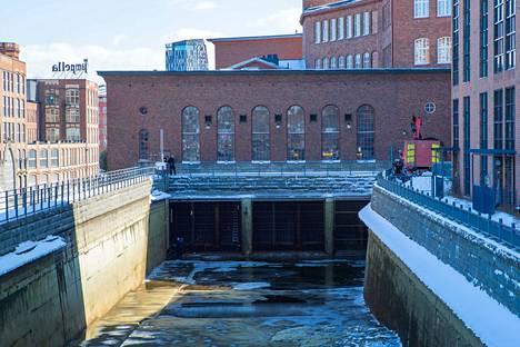 Kuivatusta Tammerkoskesta löytyi vainaja voimalaitoskanavasta. Poliisi tutki kanavaa tiistaina iltapäivällä.